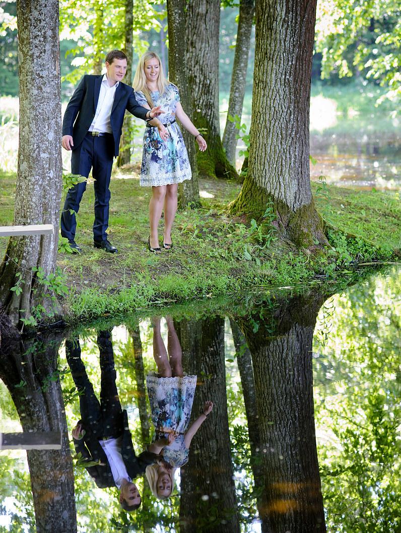 merginos ir vaikino atspindžiai vandenyje