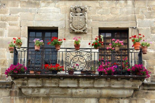 Balcon con escudo y flores en Santillana del Mar
