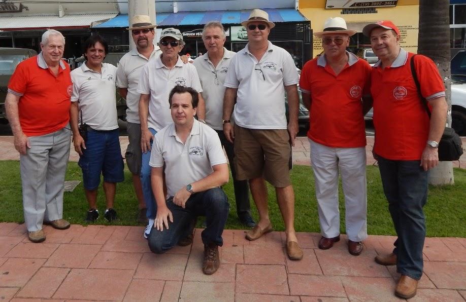 Os Amigos do MP Lafer do Rio de Janeiro e os membros do Clube MP Lafer Brasil, de camisas vermelhas. (foto: Dani Manzan)