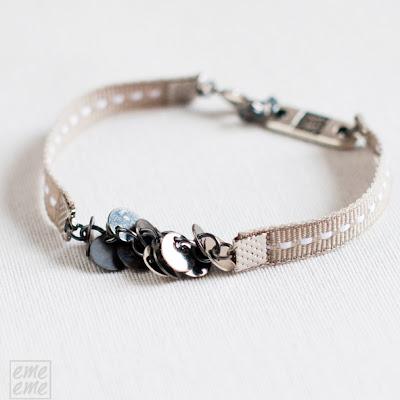 bisuteria,jewelry,handmade,etsy,pulsera,bracelet,disco,plateado,metalico,metal,charm,silver,disc,cinta,ribbon,puntadas,blancas, white,stitches,gris, grey,gray
