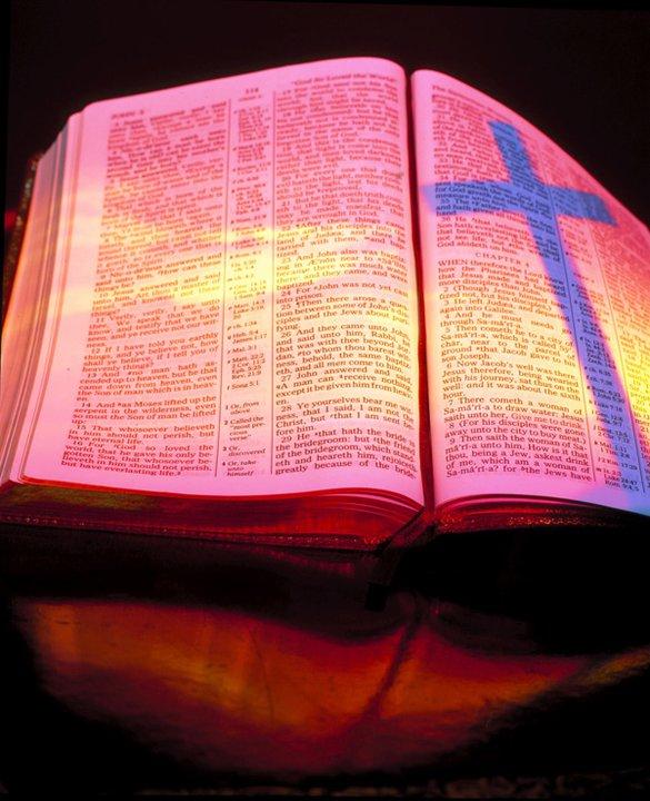 bibel kitab suci holy bible dalam agama kristen itu terbagi dalam ...