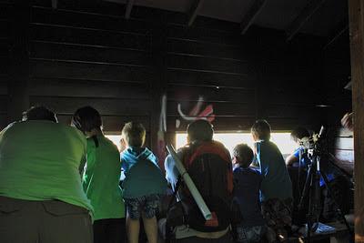 Observando aves desde un observatorio. Autora: Carmen González
