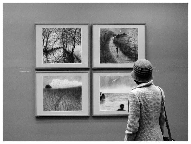 espectadora viendo la exposición de Melquiades Álvarez en el Museo Evaristo Valle, by Pablo Basagoiti Brown / Basagoitiyyo