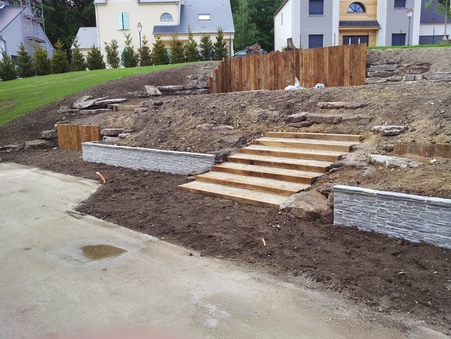 Plantation d 39 un amenagement en pente paysagiste val d for Amenagement talus jardin