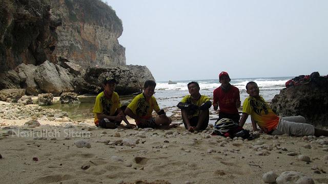 Foto bareng di pantai