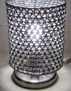http://manualidadesreciclables.com/15770/pantalla-para-velador-con-anillas-de-refresco