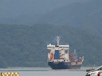 貨物船が西港に停泊中。