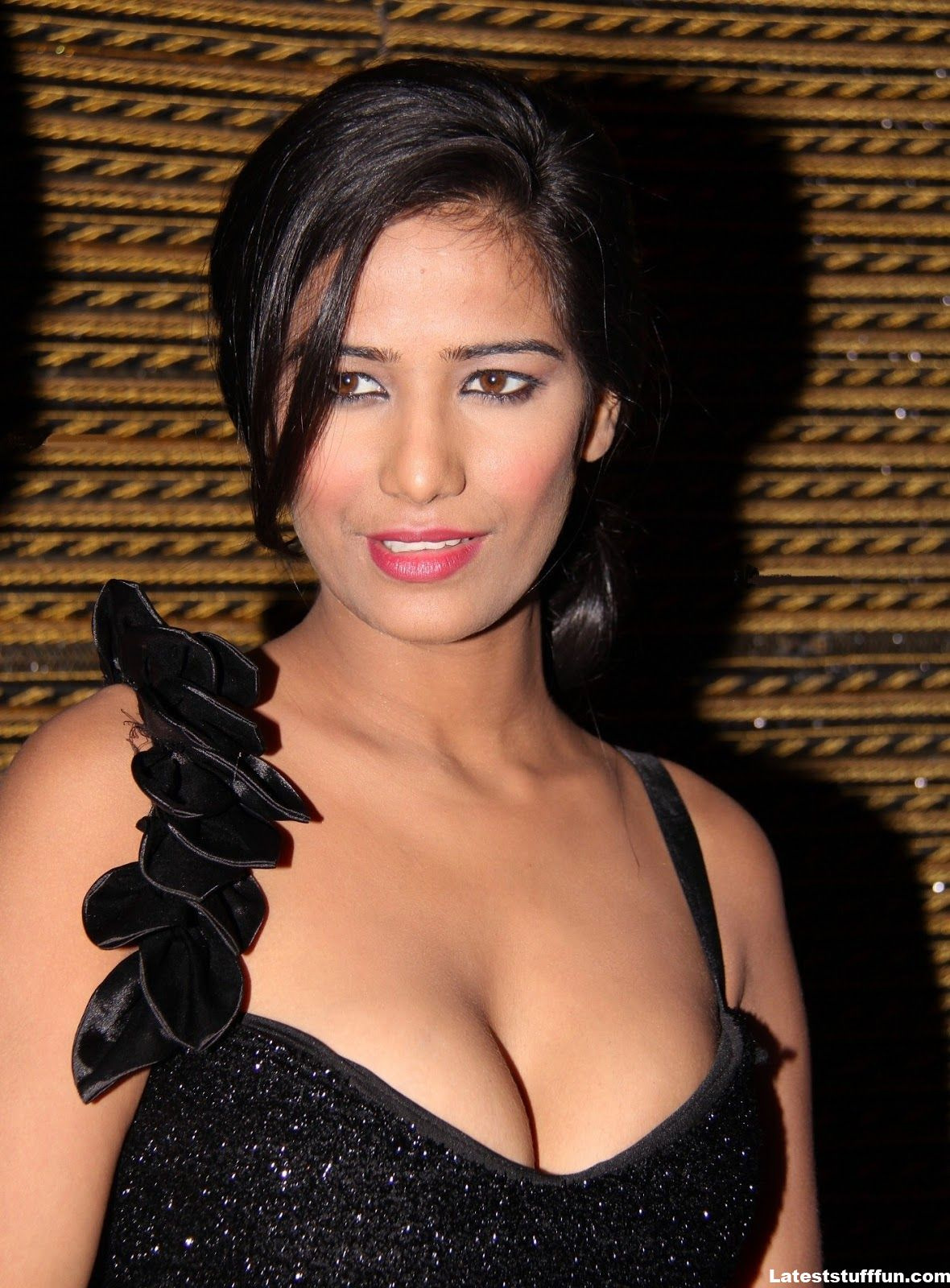 b town poonam pandey latest hot cleavage photo gallery. Black Bedroom Furniture Sets. Home Design Ideas