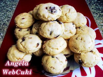 Fehér csokis áfonyás kekszek, mogyoróval és vörös áfonyával ízesített, kis vendégváró sütemény.