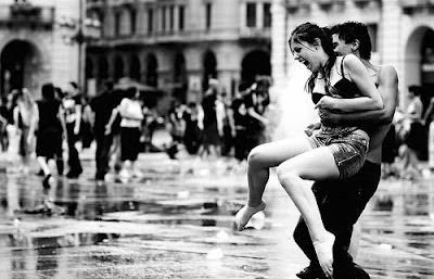pareja enamorada jugando