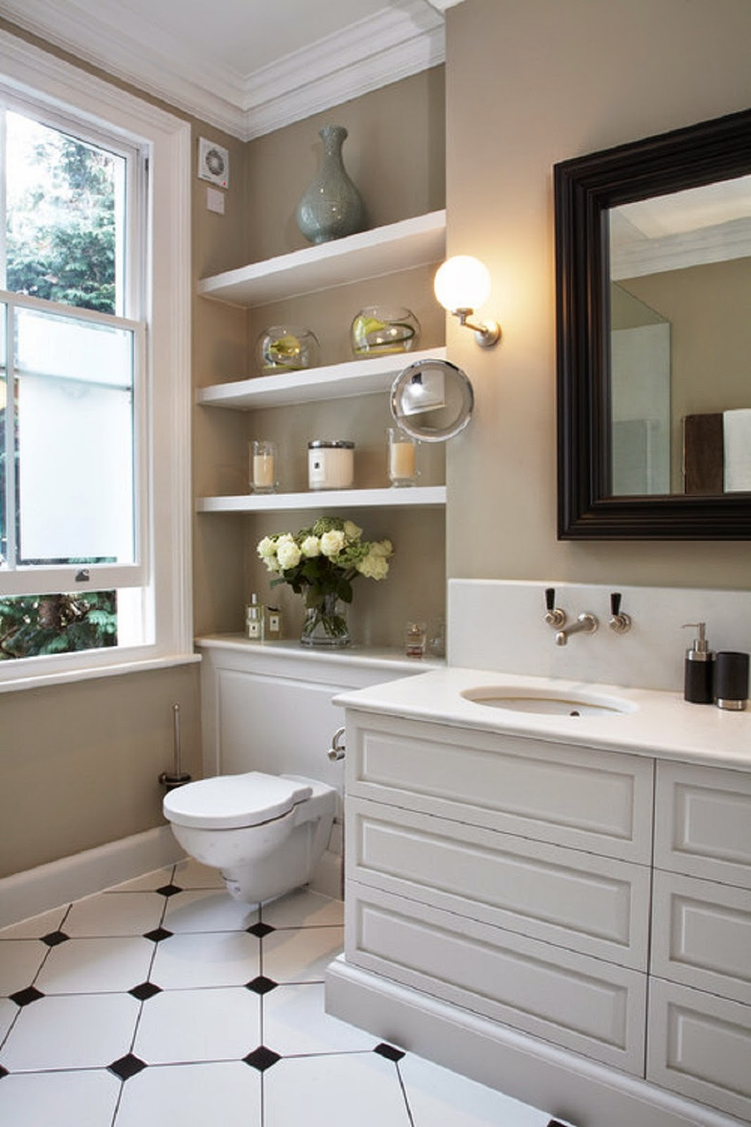 Aprovecha el inodoro como espacio de almacenaje para un - Simple and small bathroom with white interior design ideas ...