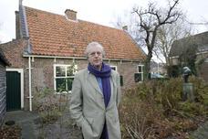 Theo van der Werf heeft mooie plannen met het Spinozahuis. Om te beginnen moet het museum vaker open. Foto Henk Bouwman