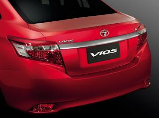 Phần đuôi xe của Toyota Vios 2014 hoàn toàn mới lạ với đường mạ Crom kéo dài 2 bên