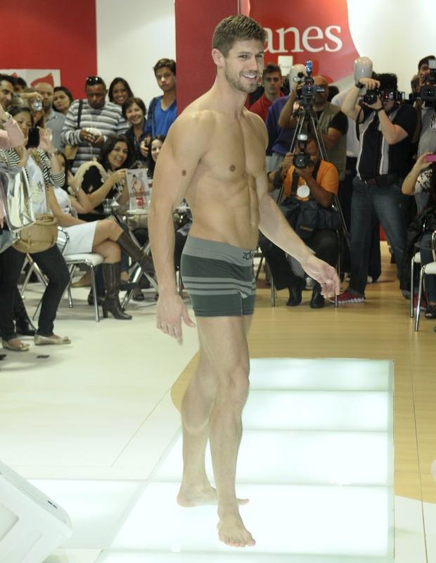 Jonas desfilou na passarela de evento de moda só de cueca