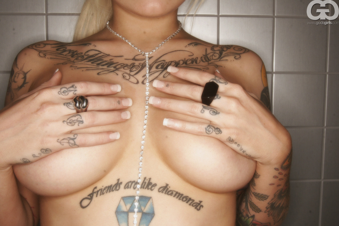 Silver Lining Loira Gostosa Tatuada Buceta Raspadinha