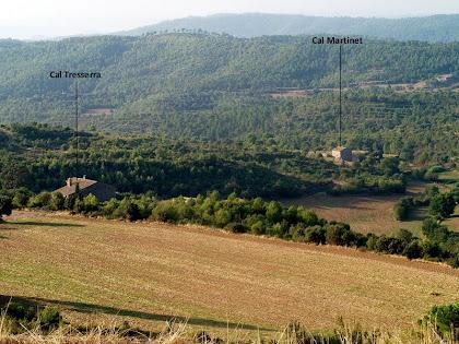 Les masies de Cal Tresserra i Cal Martinet situades a la dreta del camí carener