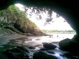 Obyek wisata populer Karang bolong dekat Hotel Cilacap,