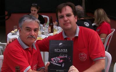 Luiz Gonzaga Jr recebe um livro autografado de Jean Tosetto. O ex-proprietário de Amparo estava a procura de um novo MP Lafer para sua garagem.
