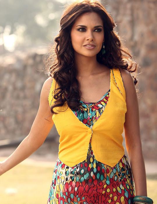 jannat 2 esha gupta spixy in saree actress pics