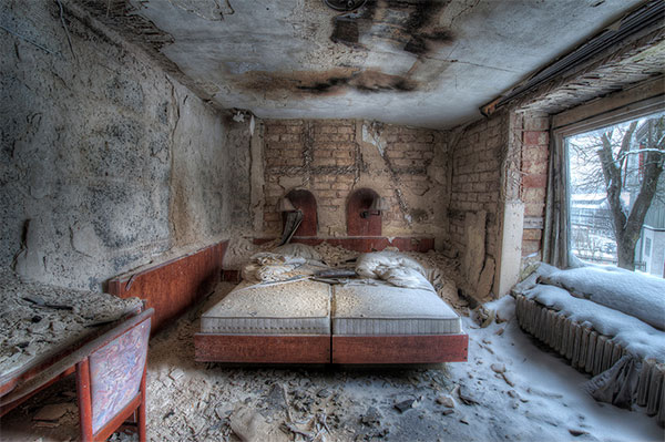 Cool Decayed Rooms In Abandoned Hotel