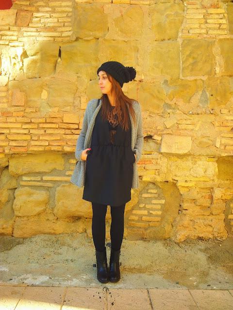 Outfit grunge, con vestido lencero de Pepa Loves, chaqueta tricot Hollister, botas biker y gorro de lana de Zara.