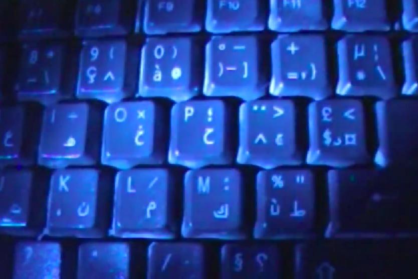طريقة إضاءة لوحة المفاتيح في الظلام