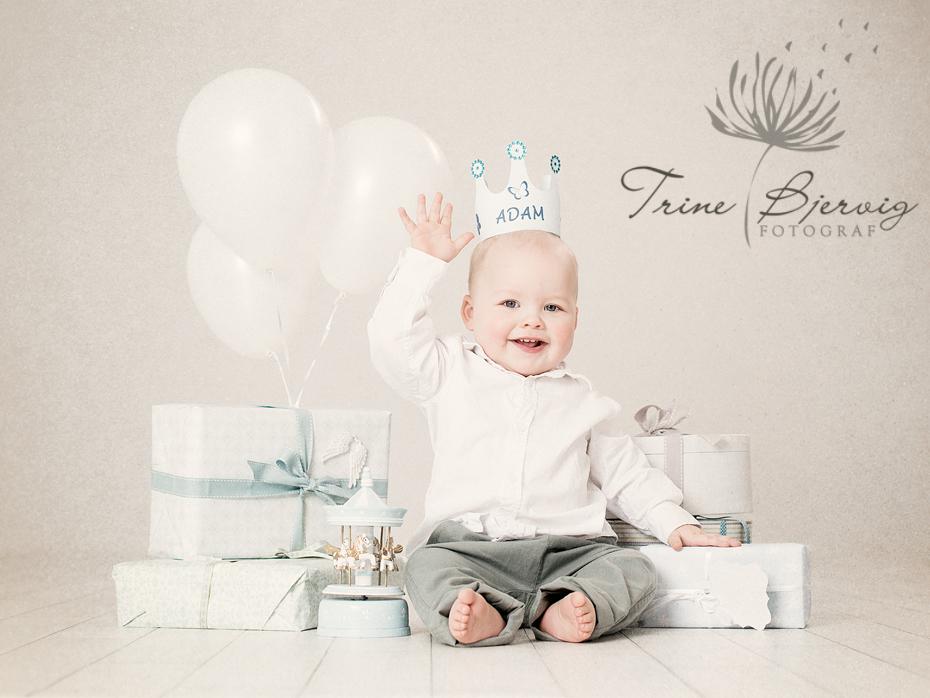 1 års bilder av en liten gutt med pakker og ballonger - fotografert av fotograf Trine Bjervig i Tønsberg, Vestfold