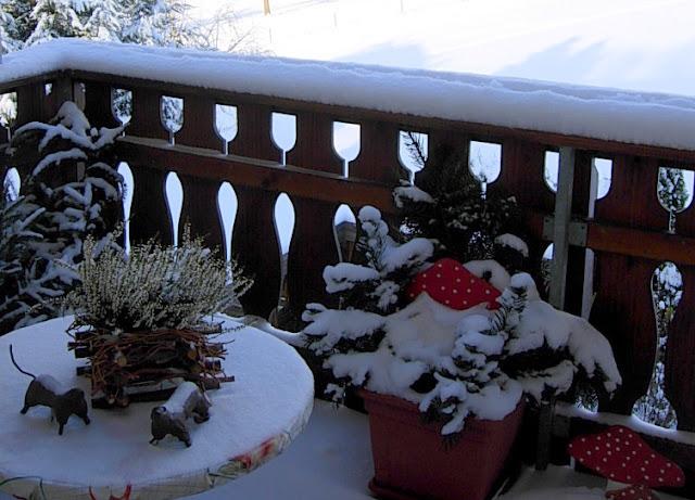 Schneebedeckte Gartenkeramik