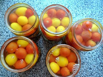 Kiszone pomidory koktajlowe.