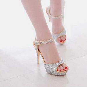 Gümüş rengi parlak ayakkabı