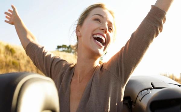 mulher sorrindo com os braços abertos