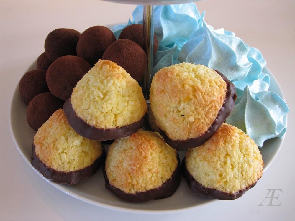 kokostoppe på mit kagefad, sammen med dadelkugler og marengskys, kransekage konfekt, opskrift, 3 delt, hjemmelavet, lækkre, lækker