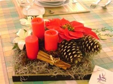 centro de mesa de navidad con pias velas canela y flores