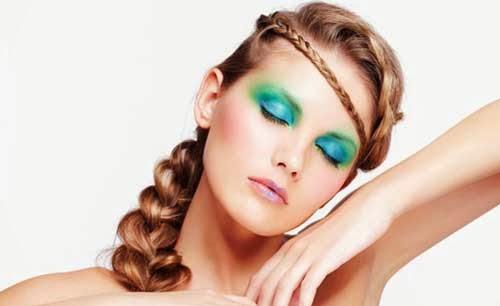 trenza a un lado y maquillaje en azul