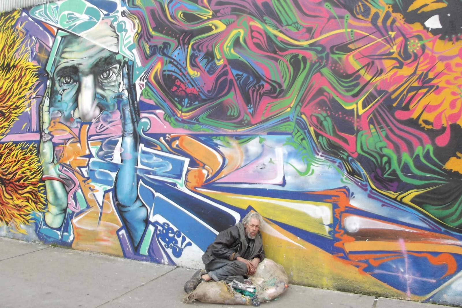 http://4.bp.blogspot.com/-vSA_eWqDjpw/T-VF7qtEdnI/AAAAAAAAIz4/KicrjVdACV8/s1600/mural+and+homeless.JPG