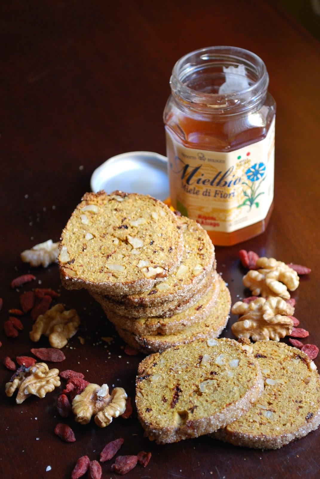 biscotti di segale e miele con noci e bacche di goji