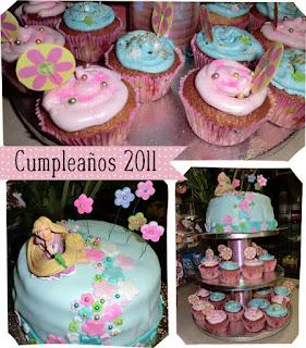 tarta de cumpleaños azul con flores de masa de azúcar y Rapunzel