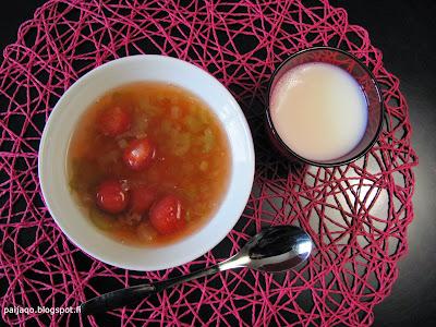 raparperikeitto ja mansikat