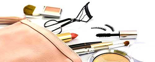 bolso con productos cosmeticos