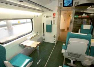 Vista de una plaza reservada para silla con anclaje a pared  de tres puntos y asiento preferente enfrentado por si el pasajero  quiere viajar en asiento convencional.