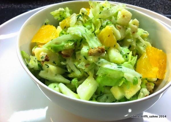 Eisberg Salat mit Früchten und Nüssen