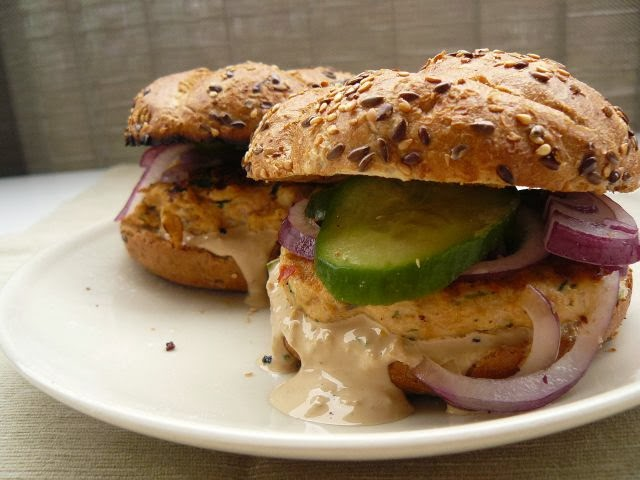 Fish burger z imbirowo-cytrynowym sosem