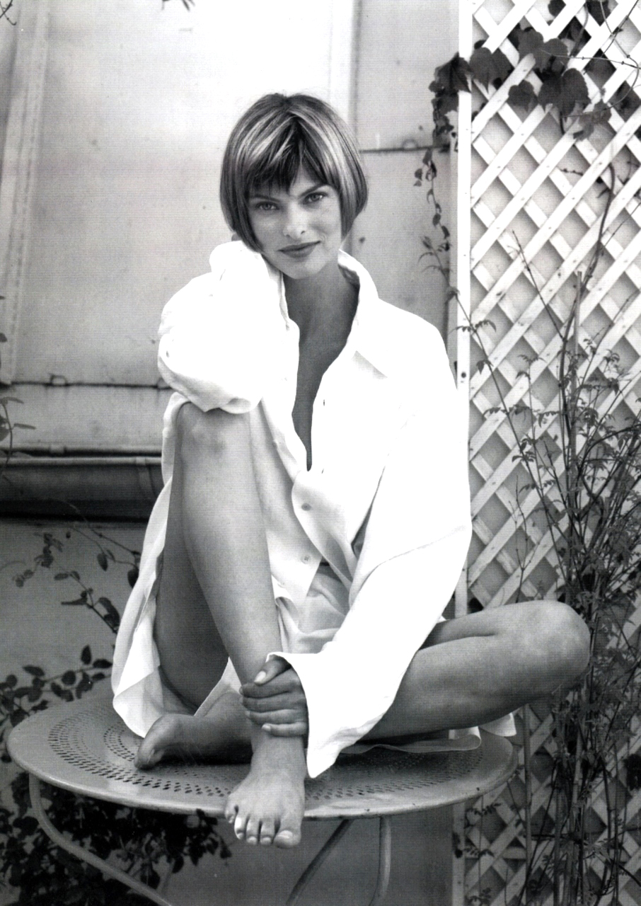 Linda Evangelista photographed by Pascal Chevallier for Vogue Australia October 1993 / white shirt in fashion editorials / short history of white shirt / wardrobe essentials / via fashioned by love british fashion blog