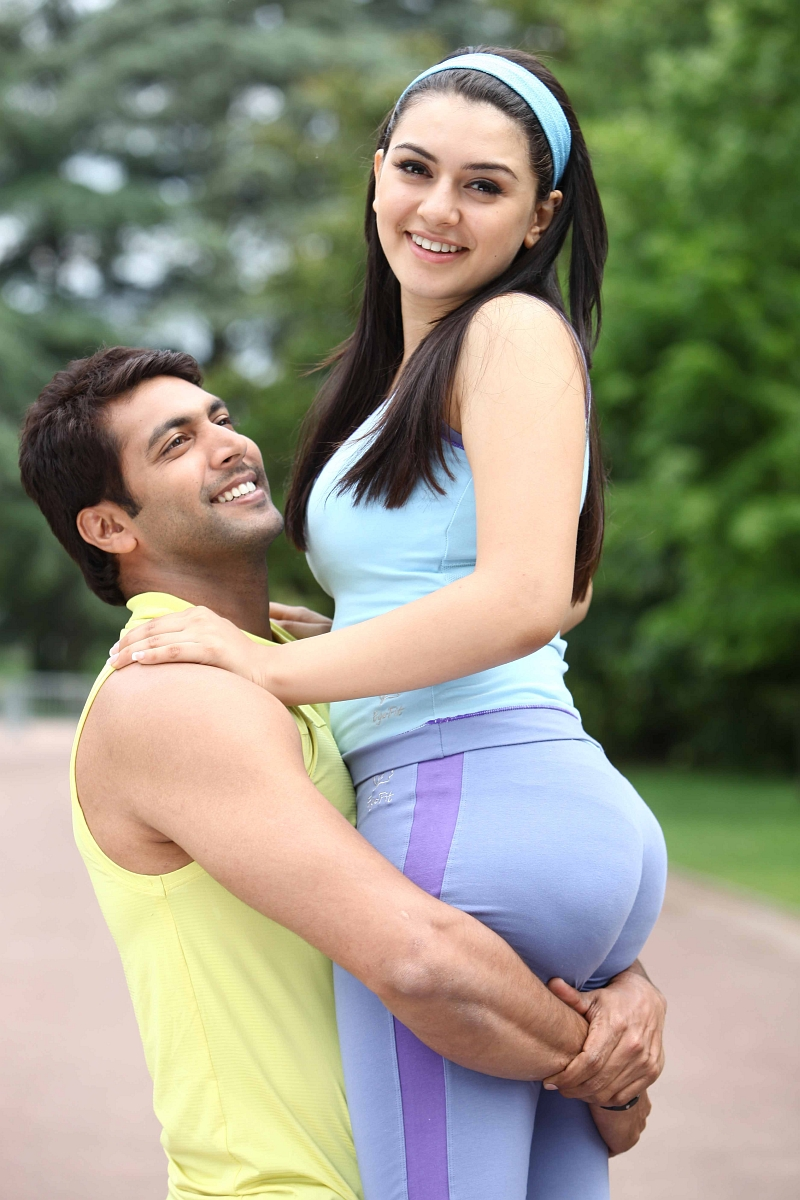 ... Motwani enjoyed by actor by kissing everywhere and touching her back
