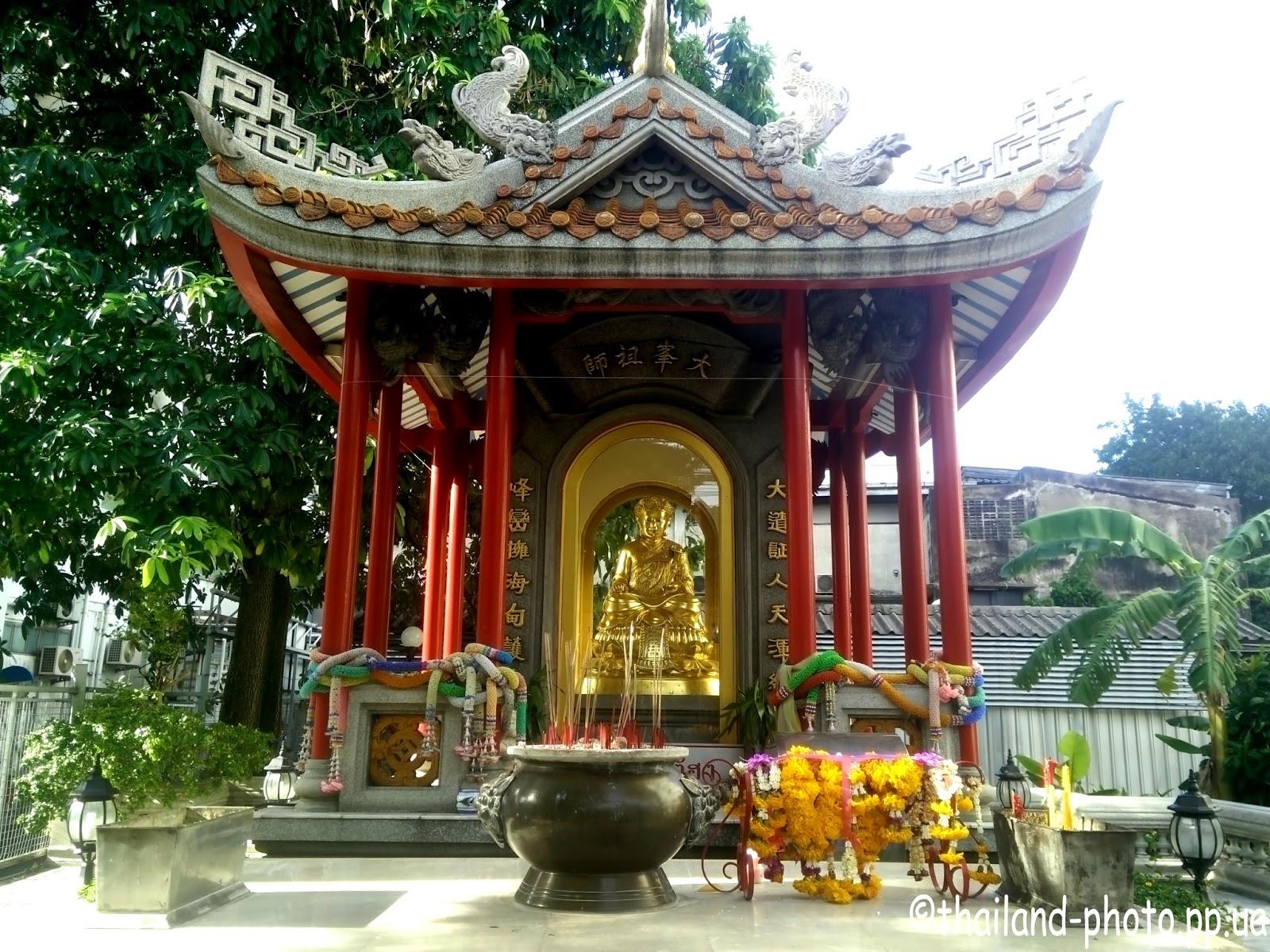 Буддиский алтарь на улице Бангкока