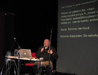 Tekstitysseminaarissa oli kirjoitustulkkaus. Kimmo Karjunen puhuu.