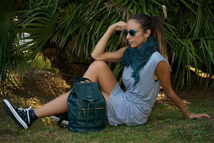 outfit grigio accessori verdi