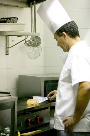 Equipamiento hosteler a la ropa adecuada para trabajar en for Trabajo jefe de cocina