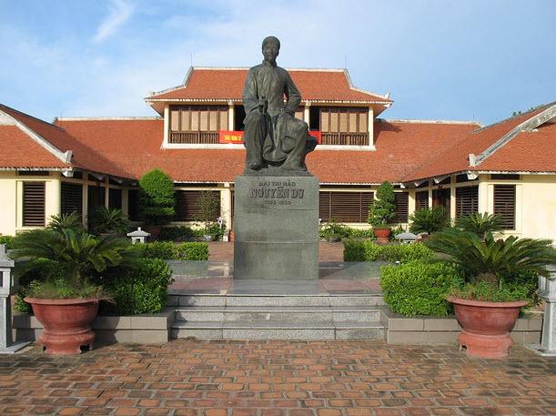 Tượng đài đại Thi Hào Nguyễn Du - Hà Tĩnh