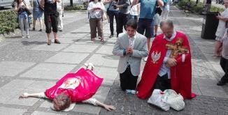 Credincioşii polonezi opresc parada LGBT de la profanarea unui faimoase mănăstiri catolice